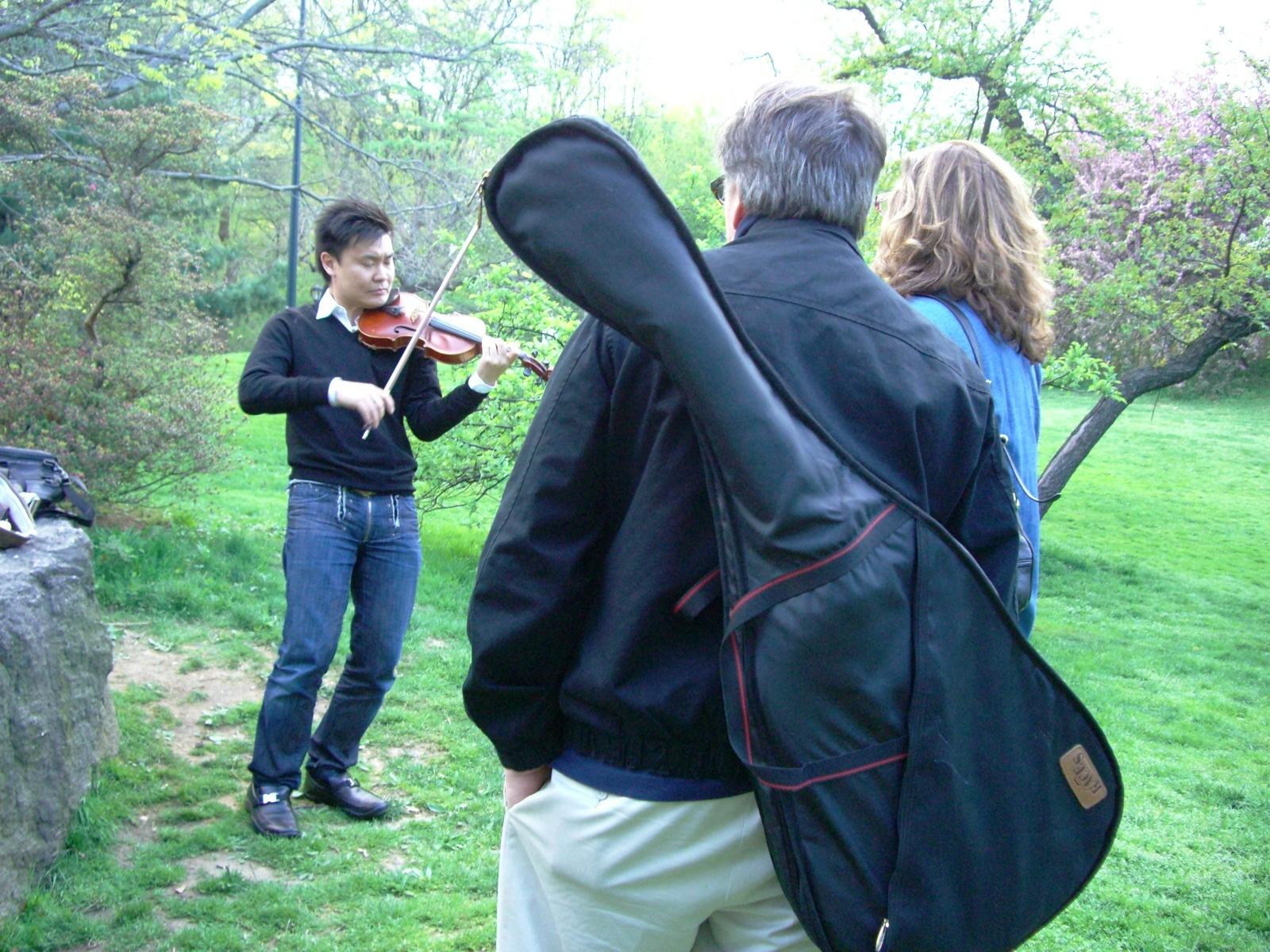 紐約求學階段與朋友相約,開心的在中央公園隨性的拉琴