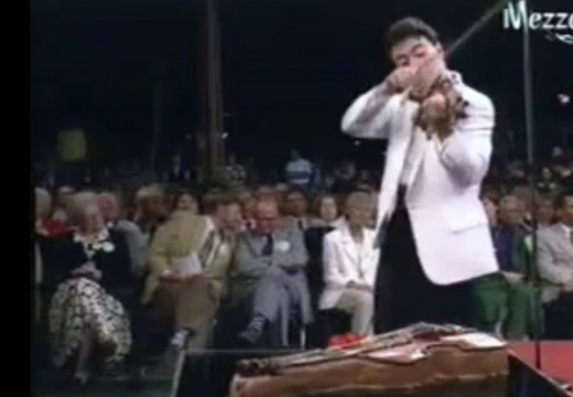 技巧超群的小提琴肌肉男