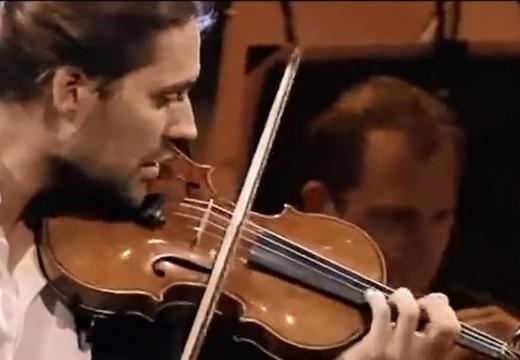 帥哥大衛坐著演奏布拉姆斯小提琴協奏曲全曲