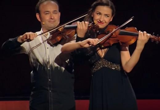 逗趣土耳其風的雙小提琴表演